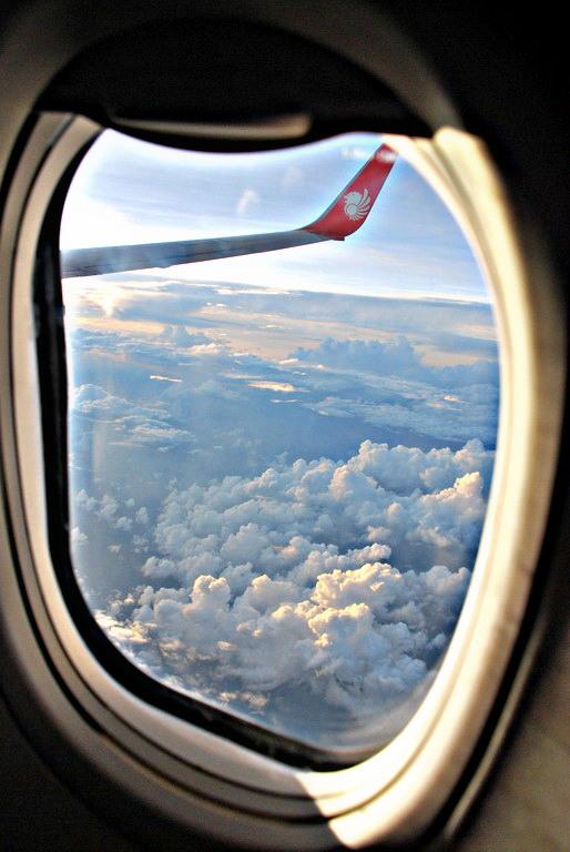 dari jendela ini saya melototin langit.. awan.. =D