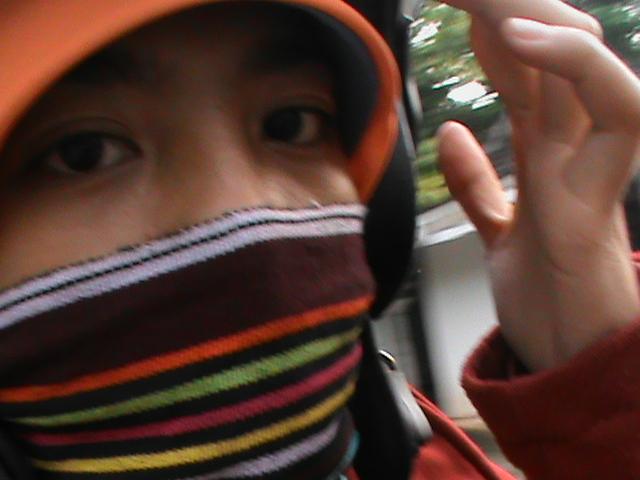 hidung saya yang ditutup oleh kain dari lombok