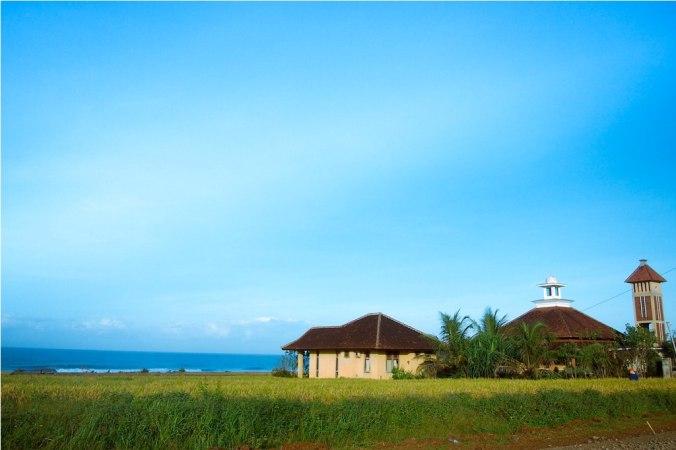 masjid di tepi laut