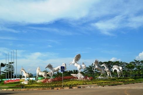 """di Banten, jangan ngarep dapet pemandangan indah kyk di Jawa Barat. patung kuda ini satu2nya yg eye catching di sepanang perjalanan di banten. -__-"""""""