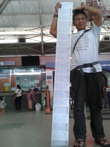 tiket setinggi kepala. uwak hamid tingginya kyknya 180an. :D
