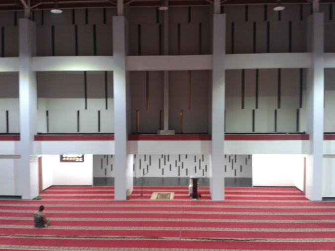 interior masjid unpad. photo: @HikariAzzahirah; gear: HP samsung s3 mini