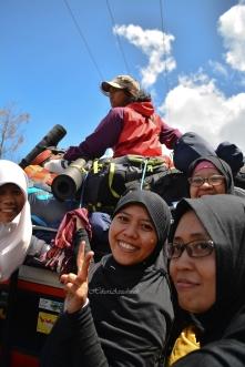 salah 1 foto absurd di jeep. ira, fahima, mbk heny, mbak tyarin