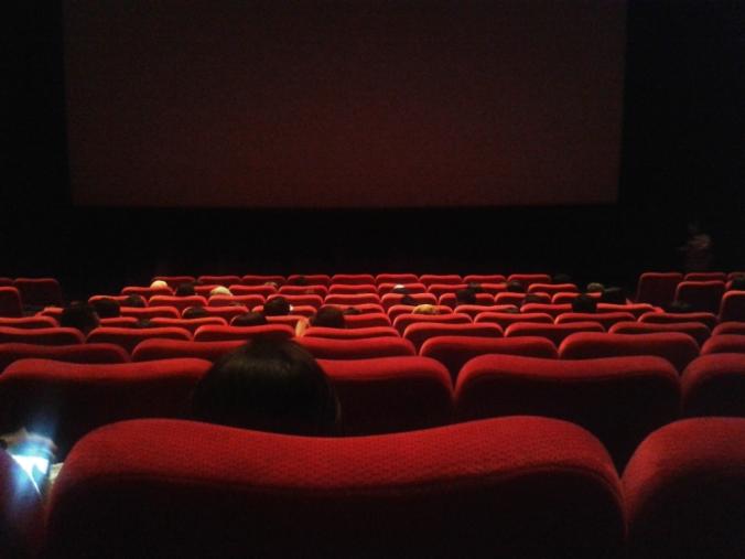 kursi. banyak yg kosong. sesaat sebelum film dimulai.