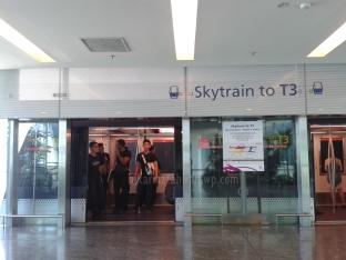 sky train dari terminal ke terminal di bandara changi