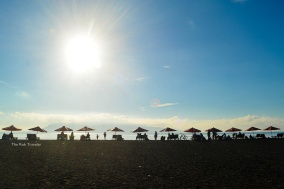 kursi dan payung lebar khas pantai wisata