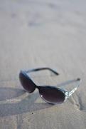 kacamata saya di atas pasir pantai yang halus