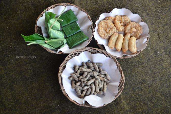 kacang rebus, pisang molen, kue entah apa namanya, dan yg dbungkus daun itu yg saya ceritain di sini. enak banget
