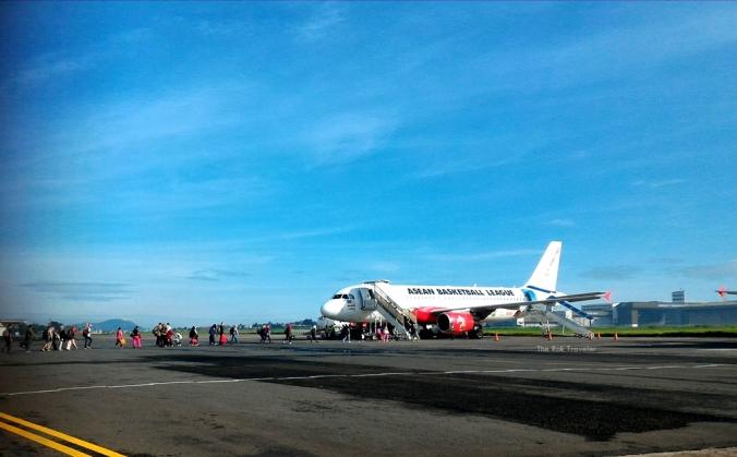itu para penumpang yang mau masuk ke pesawat