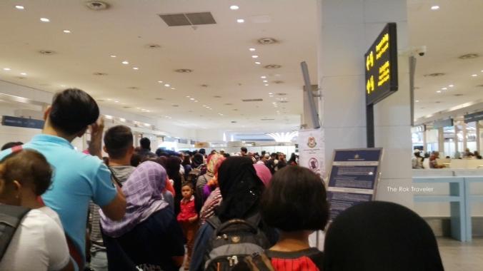 antrian imigrasi buat foreign paspor yang berantakan.