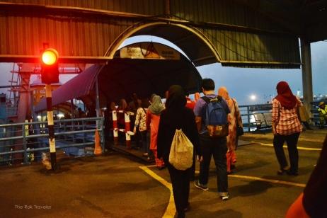 penumpang lagi jalan menuju kapal